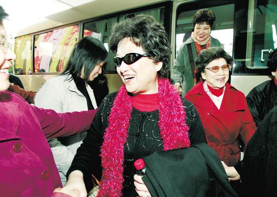 王文娟 徐玉兰/越剧老艺术家王文娟、徐玉兰一下车,就受到了热烈的欢迎。本报...