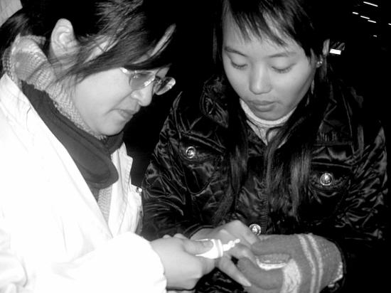 江西姑娘李薇和8个姐妹在萧山做裁缝,本来准备乘1月29日的火车回家.