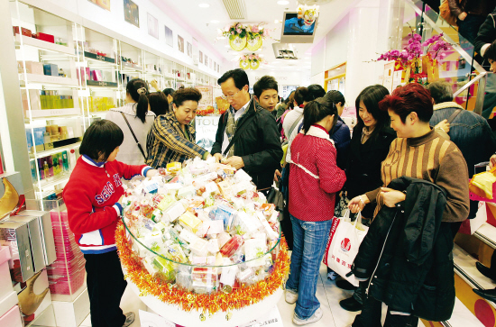 """2月9日内地游客在香港著名化妆品连锁店\""""莎莎\""""选购商品..."""