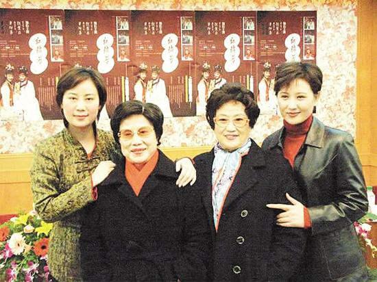 灌水 聊天/左起钱惠丽、徐玉兰、王文娟、单仰萍