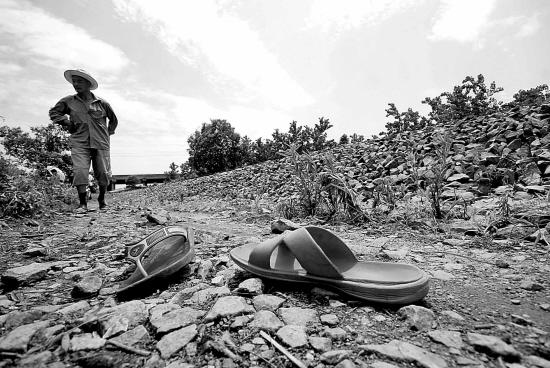 车祸现场还留着死者的两只拖鞋高清图片
