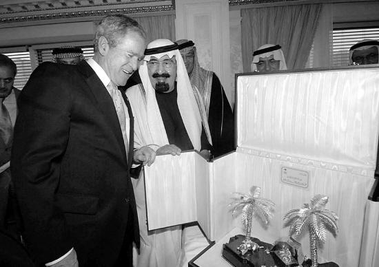 阿卜杜拉 布什/2008年11月13日,沙特阿拉伯国王阿卜杜拉(左二)将一件礼品...