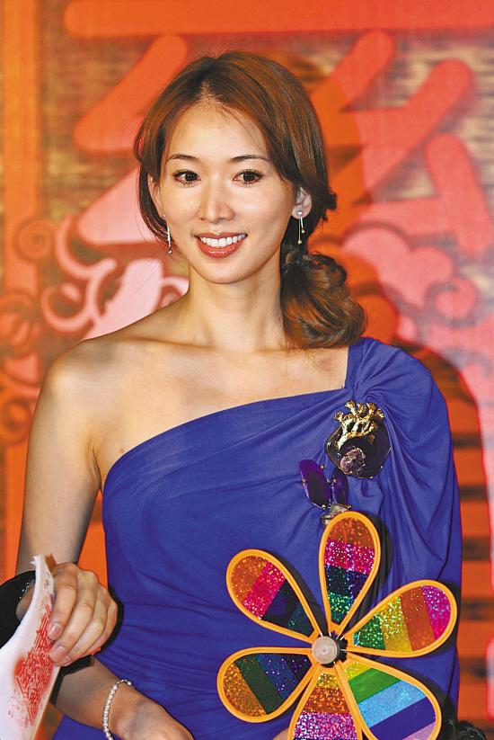 林志玲身上这套紫罗兰色的长裙从颜色到款式,甚至左肩的绣花都和