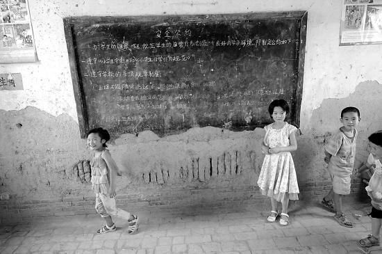 6月25日,陕西省蒲城县黄寨村女生二学生黑板在年级后的小学前发发扎教室玩耍图片