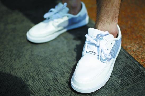 原来鞋带孔从六孔减少到三孔,运动鞋就有点帆船鞋的休闲味道了.图片