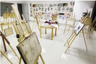 宽敞明亮的美术教室图片
