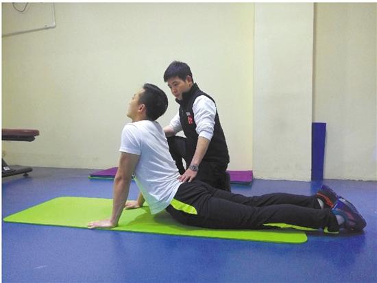 腹部拉伸:俯卧瑜伽垫,稳定骨盆,贴紧地面,手臂支撑慢慢向上,腰部图片