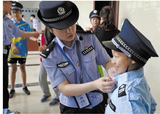 女警���9�����:`kz`a���_女警为小记者穿戴小警服