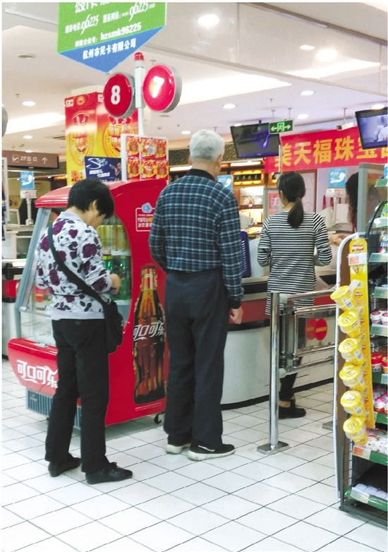 超市收银台前图片
