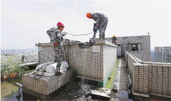 曾轰动杭城的豪宅泳池昨天终于开拆